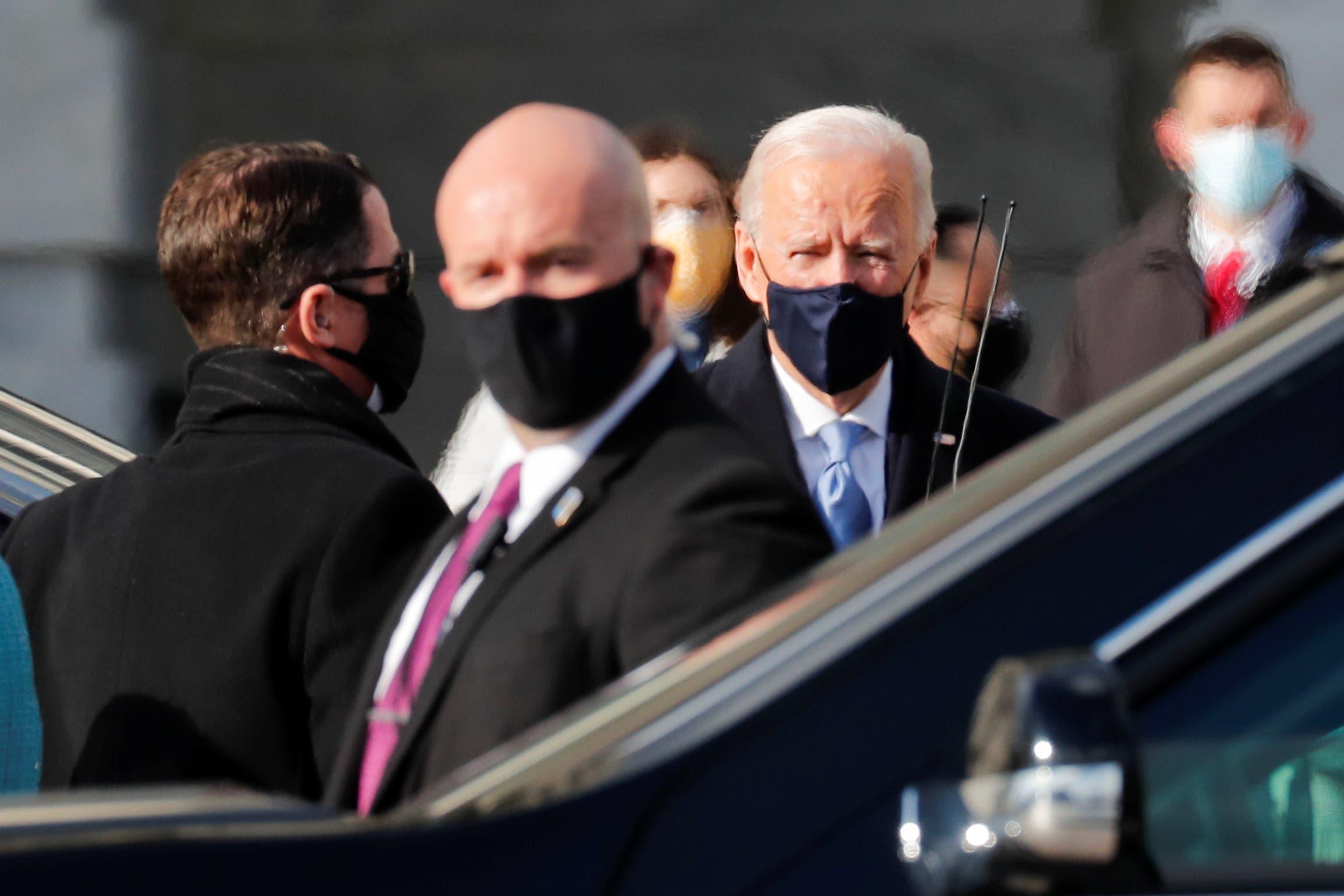 جو بايدن لدى وصوله لمكان التنصيب