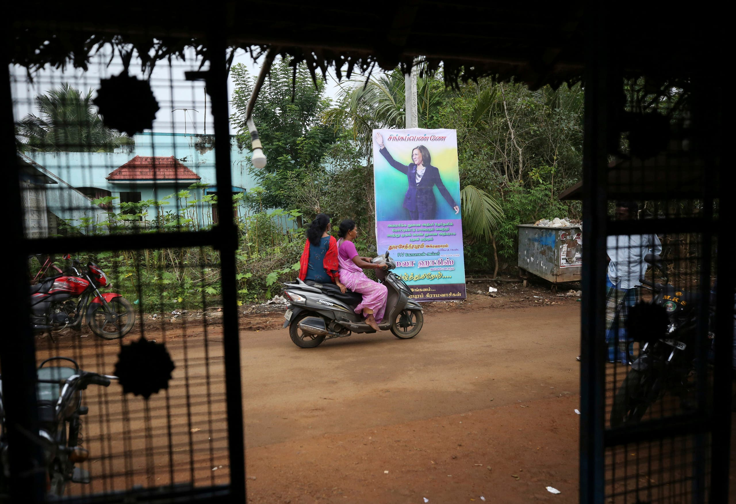 لافتة لهاريس في قرية جدها