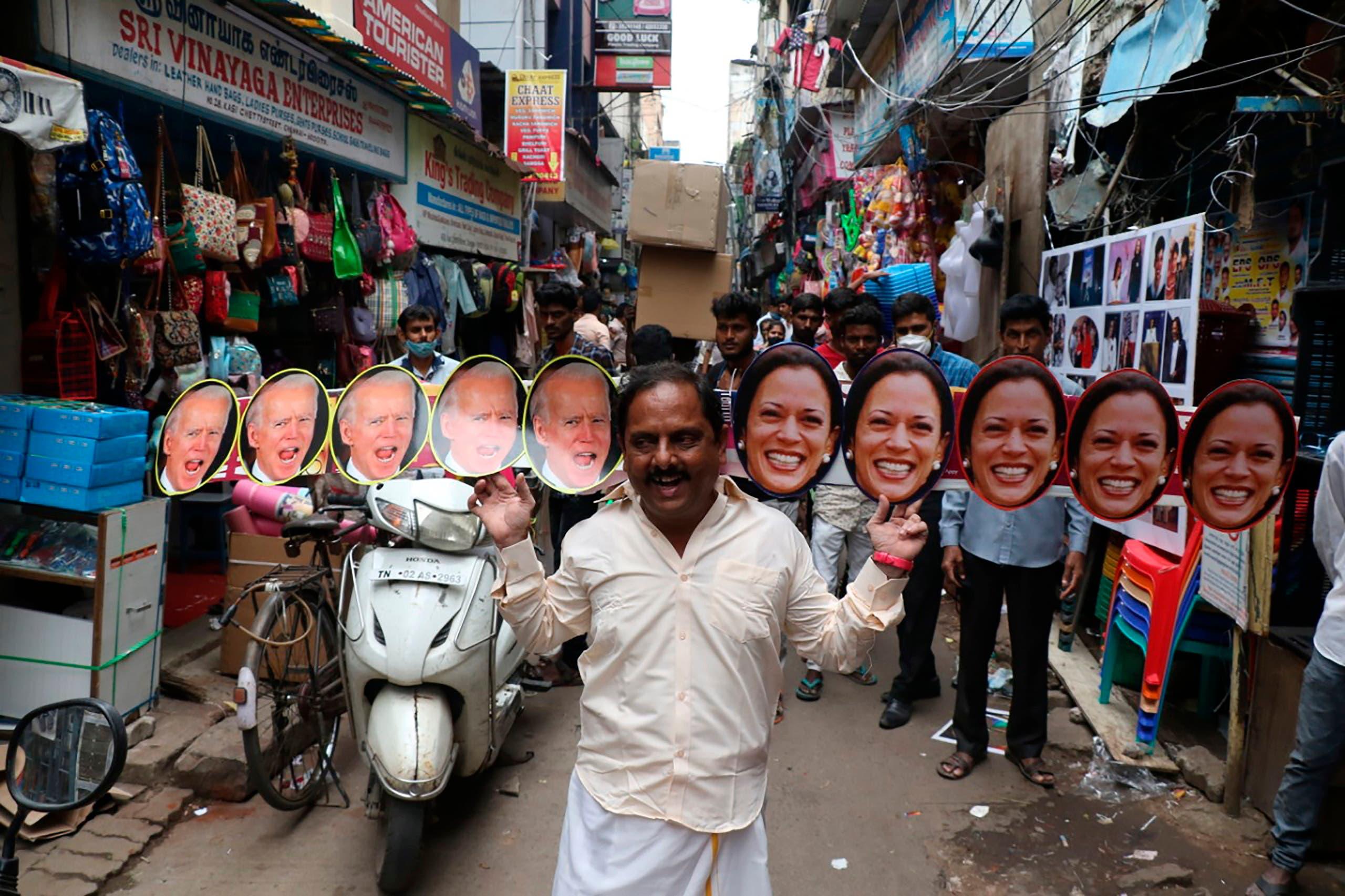 أحد سكان تشيناي  يرفع صور هاريس