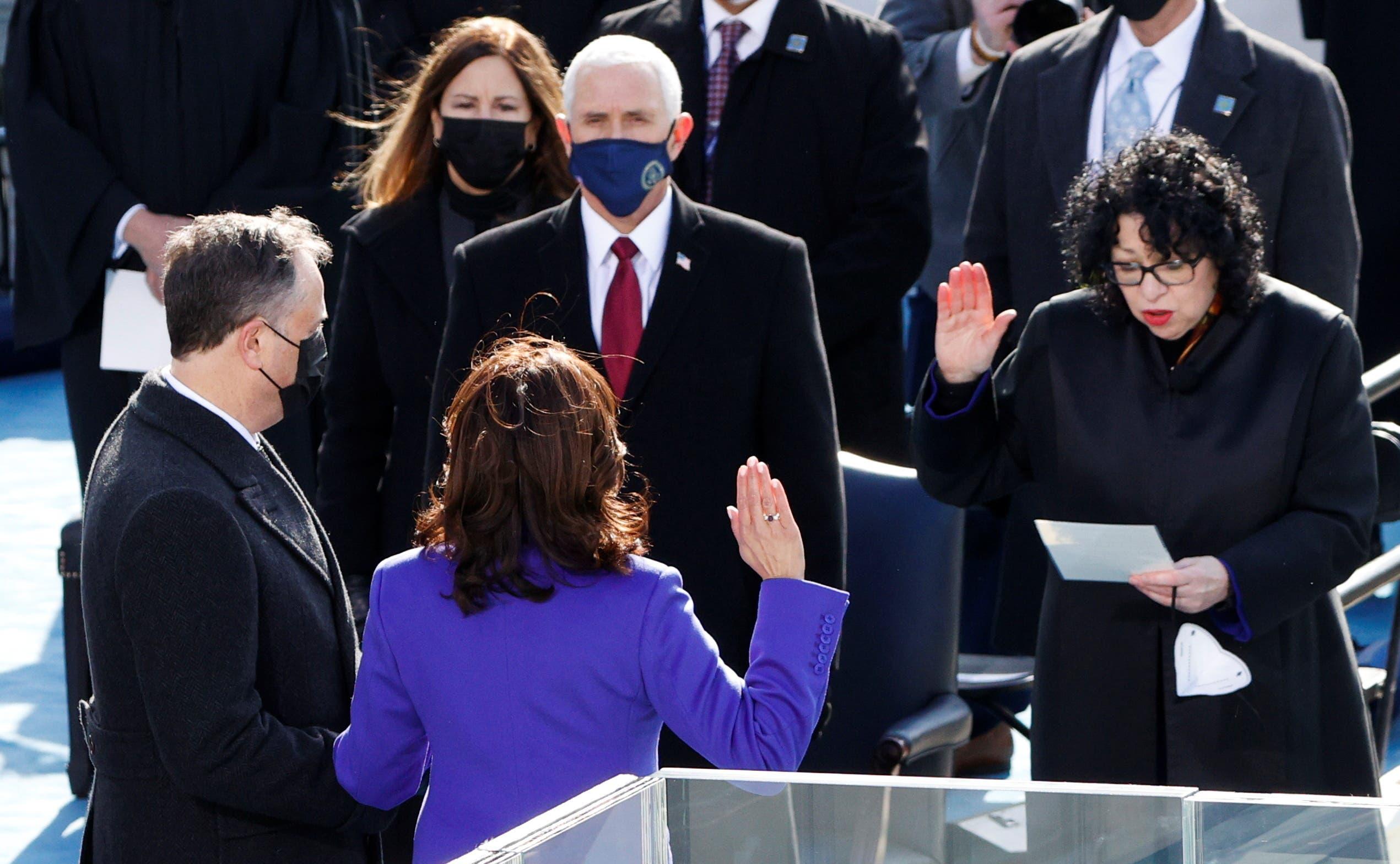 كامالا هاريس تحلف اليمين أمام القاضية بحضور مايك بنس