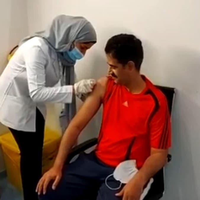 قبلة جبين وفخر لا ينتهي.. طبيبة سعودية تطعّم والدها