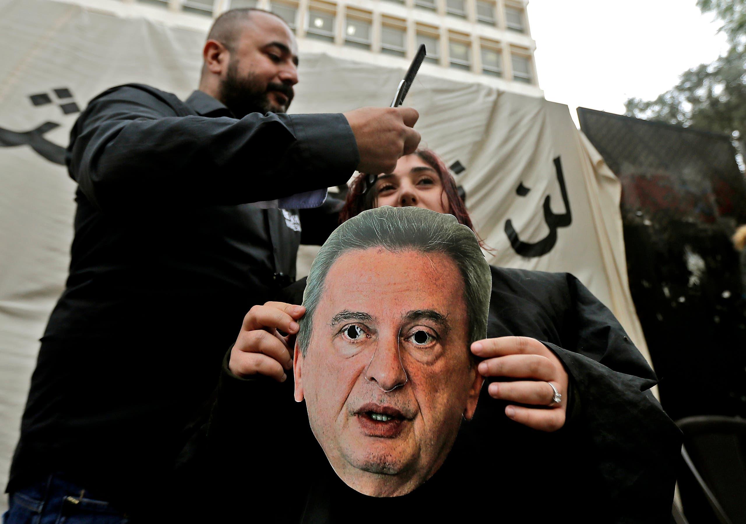 محتجون لبنانيون يتظاهرون ضد سياسة رياض سلامة