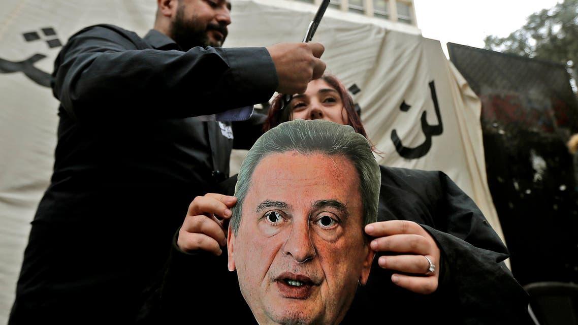 محتجون لبنانيون يتظاهرون ضد سياسة رياض سلامة النقدية(أرشيفية- فرانس برس)