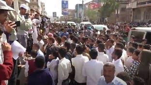 تنديدا بجرائم الحوثي بالحيمة.. وقفة احتجاجية أمام مبنى محافظة تعز