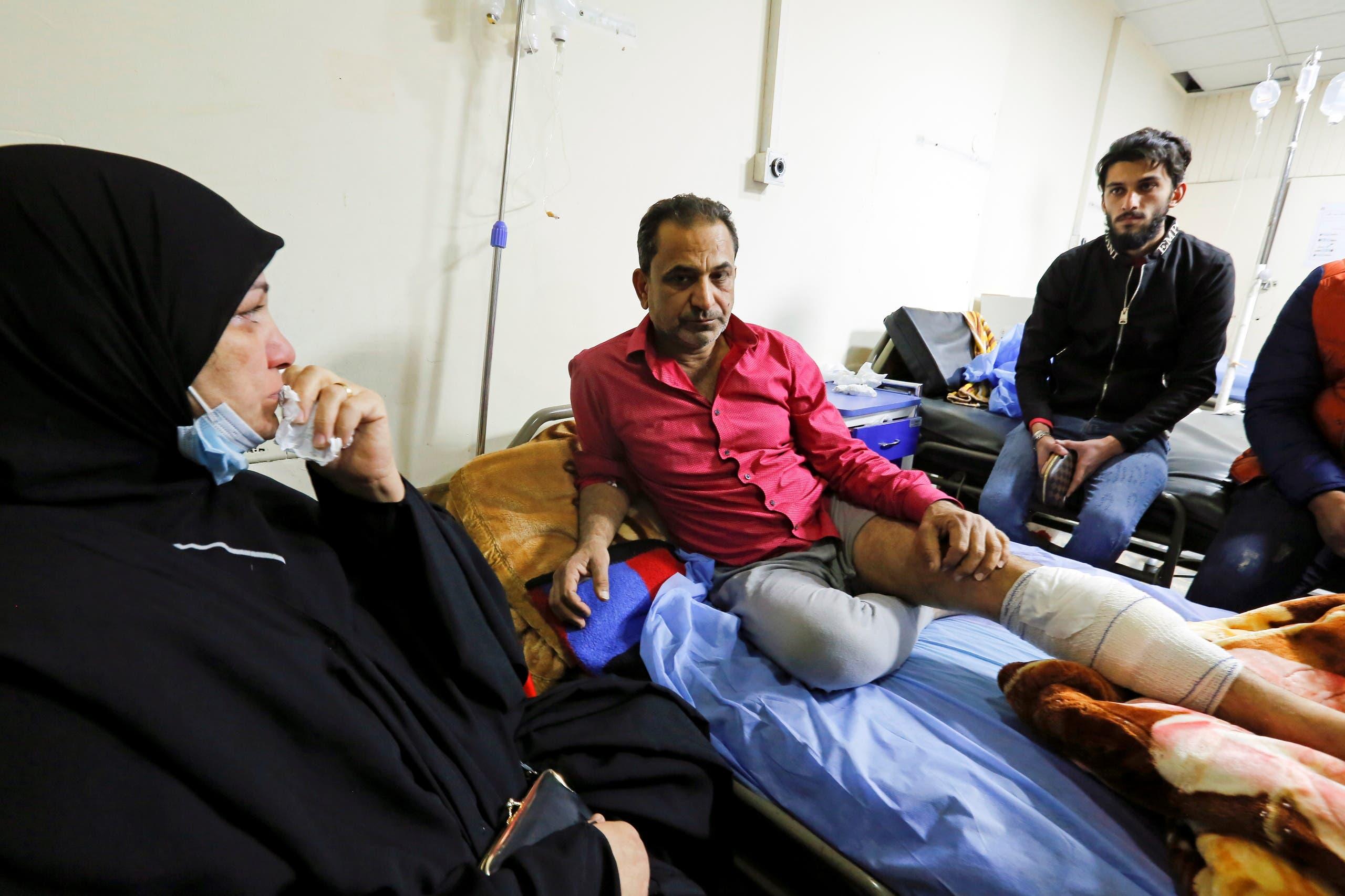 أحد جرحى التفجير في بغداد (رويترز)