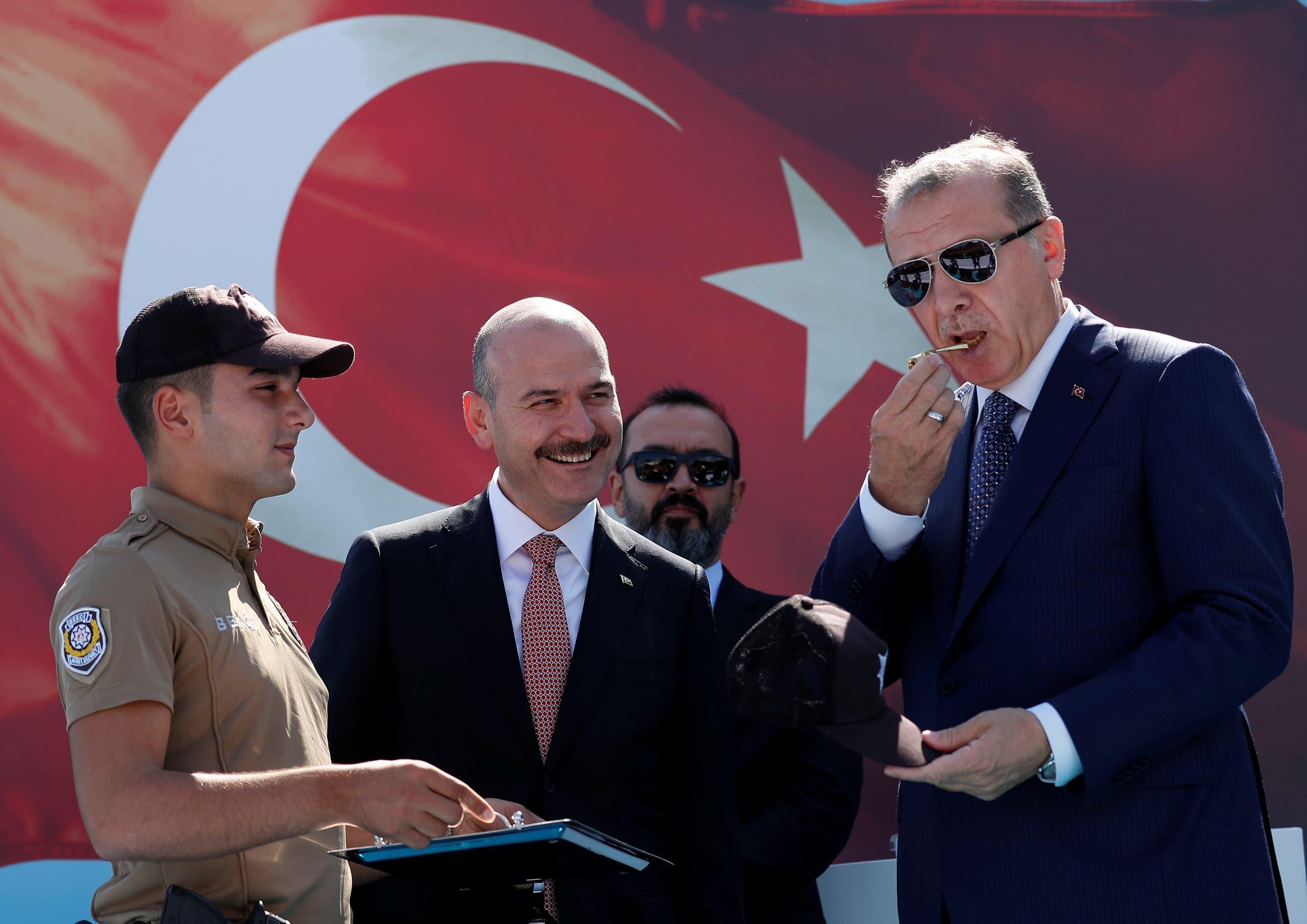 وزير الداخلية التركي سليمان صويلو مع الرئيس التركي رجب طيب أردوغان (أرشيفية- رويترز)