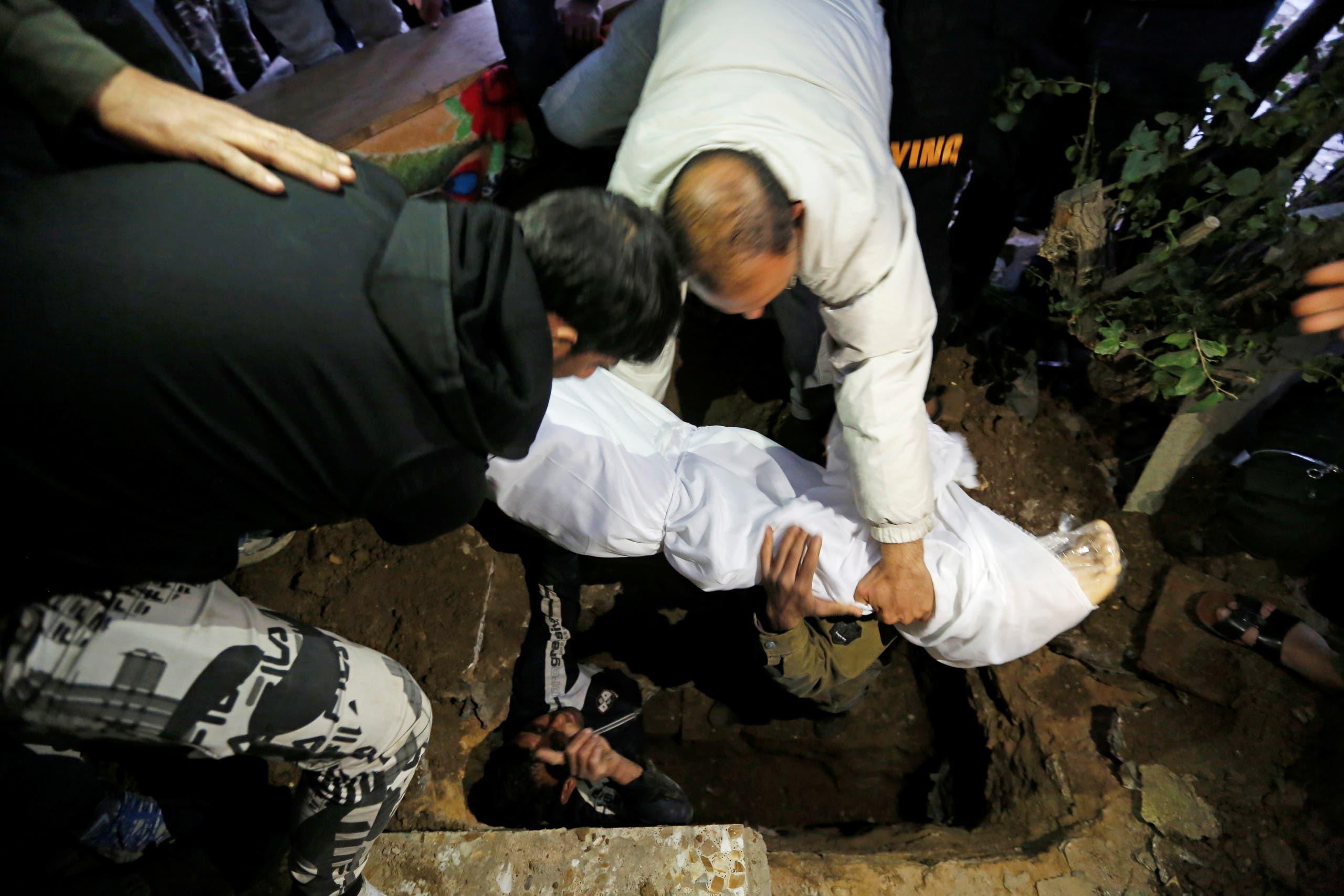 تشييع قتلى التفجير الانتحاري في بغداد (رويترز)