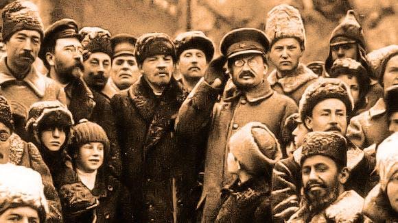 لينين وتروتسكي رفقة عدد من جنود الجيش الأحمر