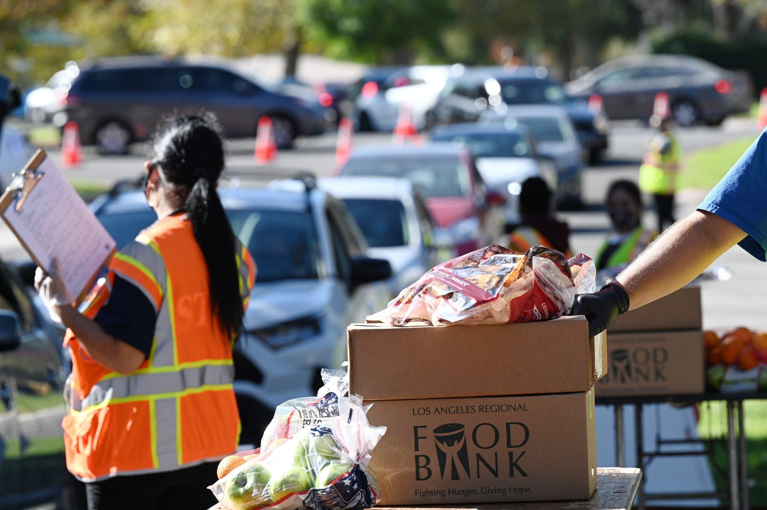 داوطلبان در 1 دسامبر سال 2020 در لس آنجلس برای افرادی که از غذا مطمئن نیستند غذا توزیع می کنند