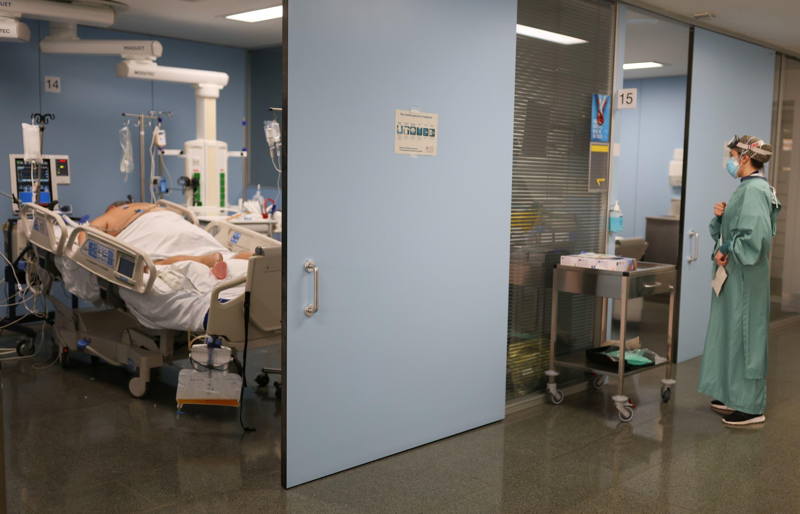 من قسم العناية المركزة في أحد مستشفيات برشلونة حيث يعالج مرضى كورونا