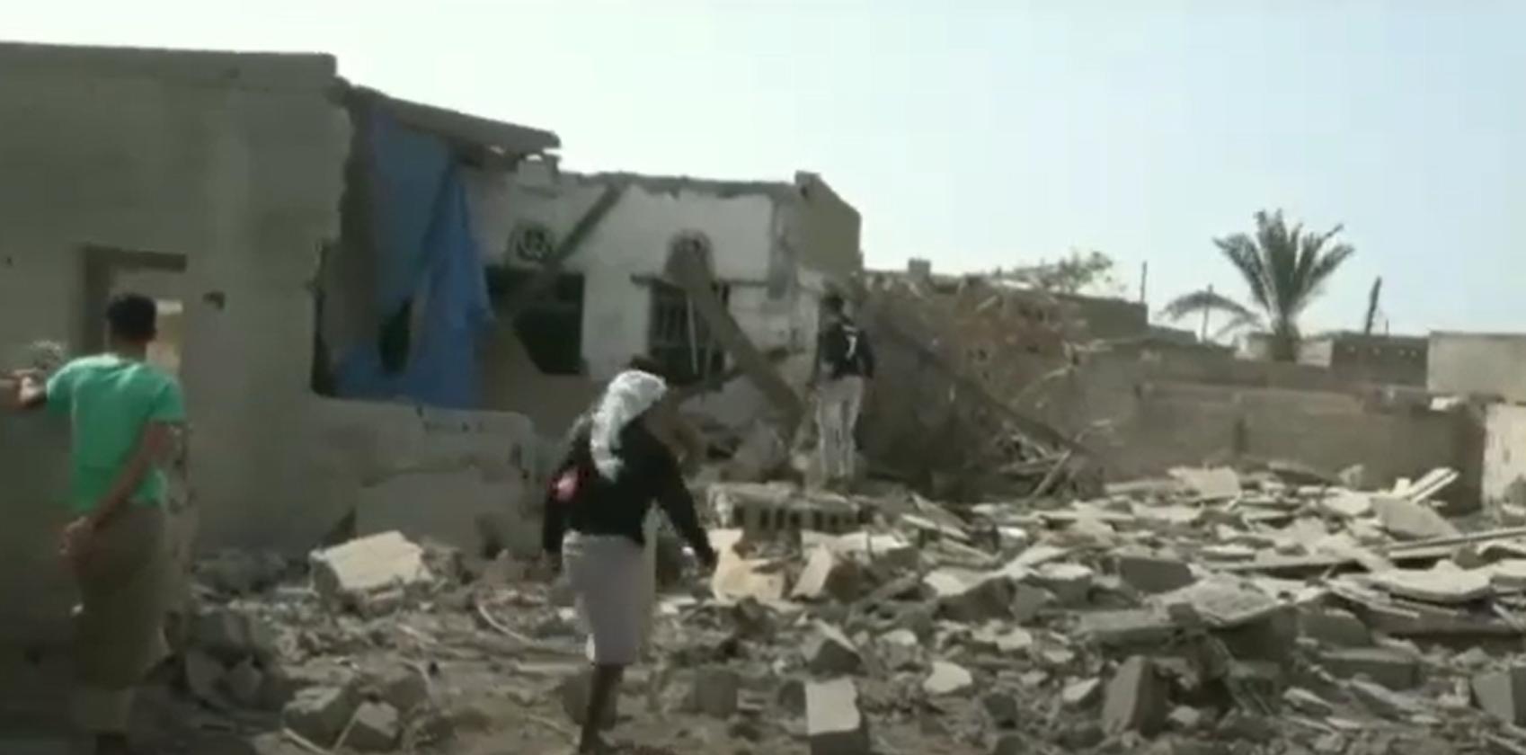 آثار الدمار الذي خلفه القصف الحوثي على حي المنظر السكني