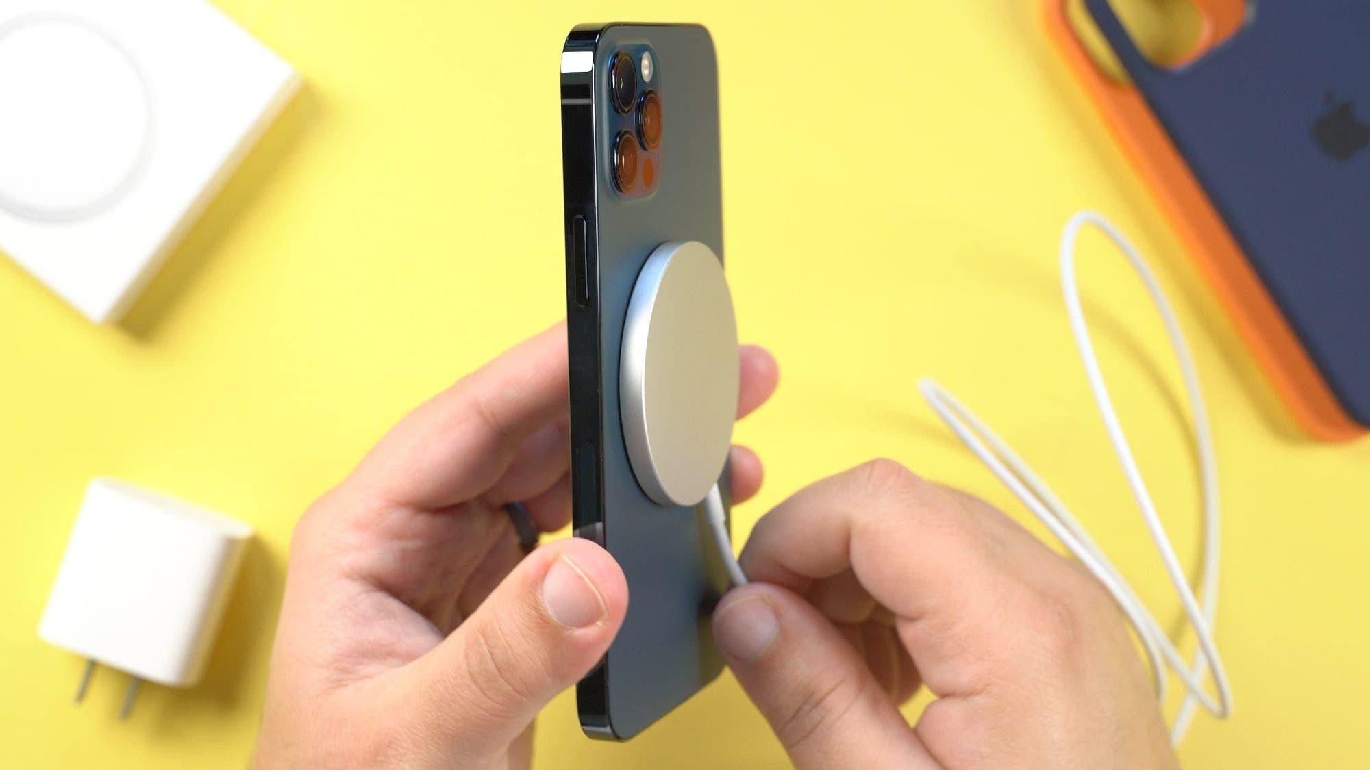 """جهاز MagSafe من آبل مثب على هاتف من نوع """"أيفون"""""""