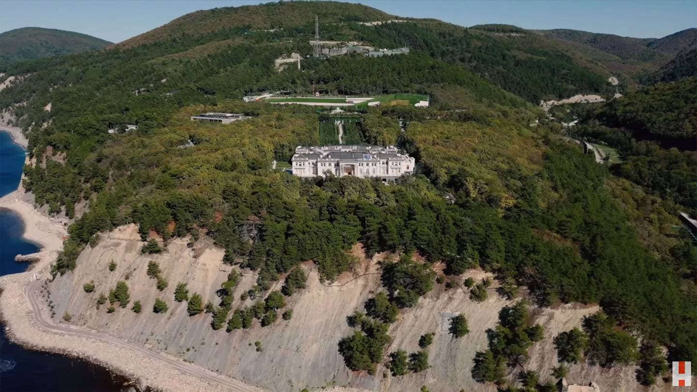 القصر الذي اتهم نافالني بوتين بامتلاكه