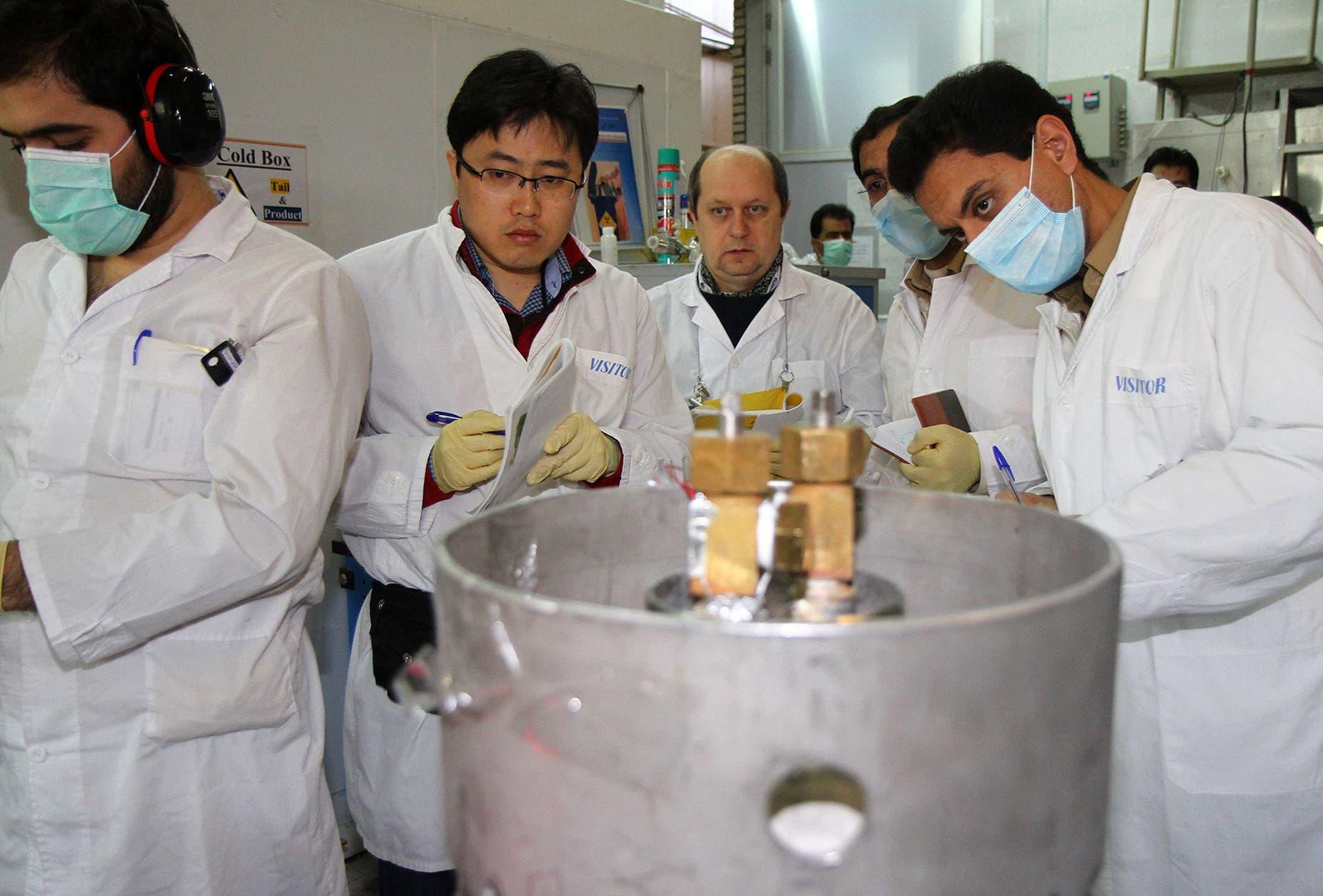 فريق من الوكالة الدولية للطاقة الذرية يقوم بعملية تفتيش لمنشأة نووية في إيران في 2014