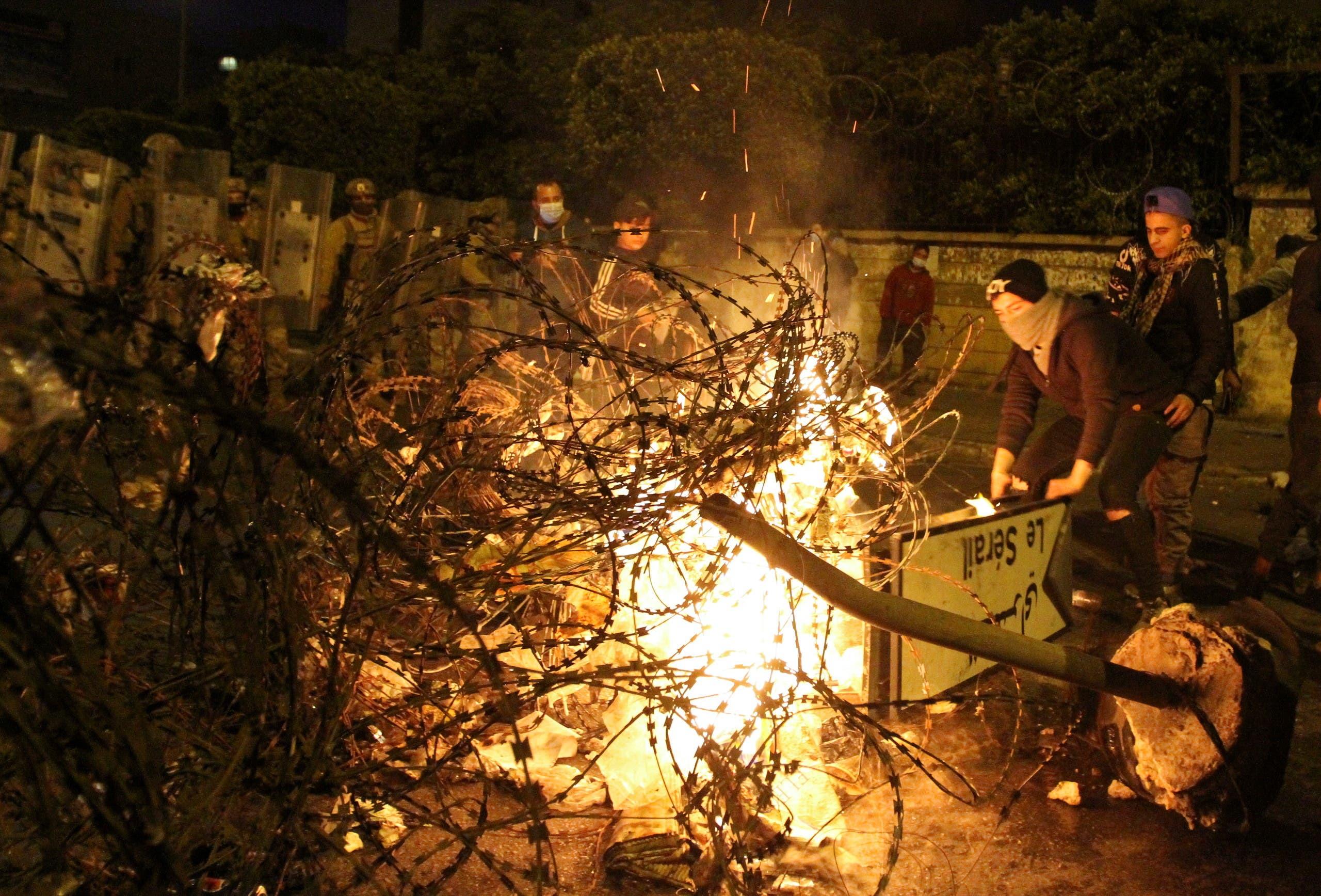 متظاهرون يضرمون النار بالقرب من مبنى السراي الحكومي في طرابلس