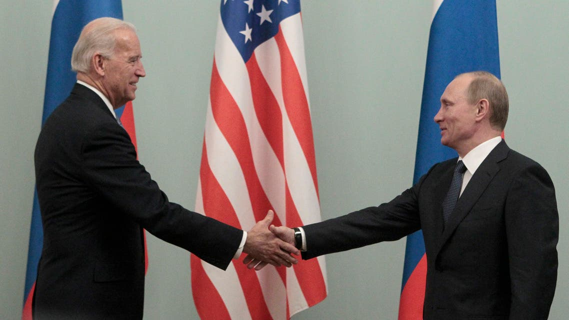Russia's President Vladimir Putin shakes hands with US President Joe Biden in Moscow, 2011. (File photo: Reuters)