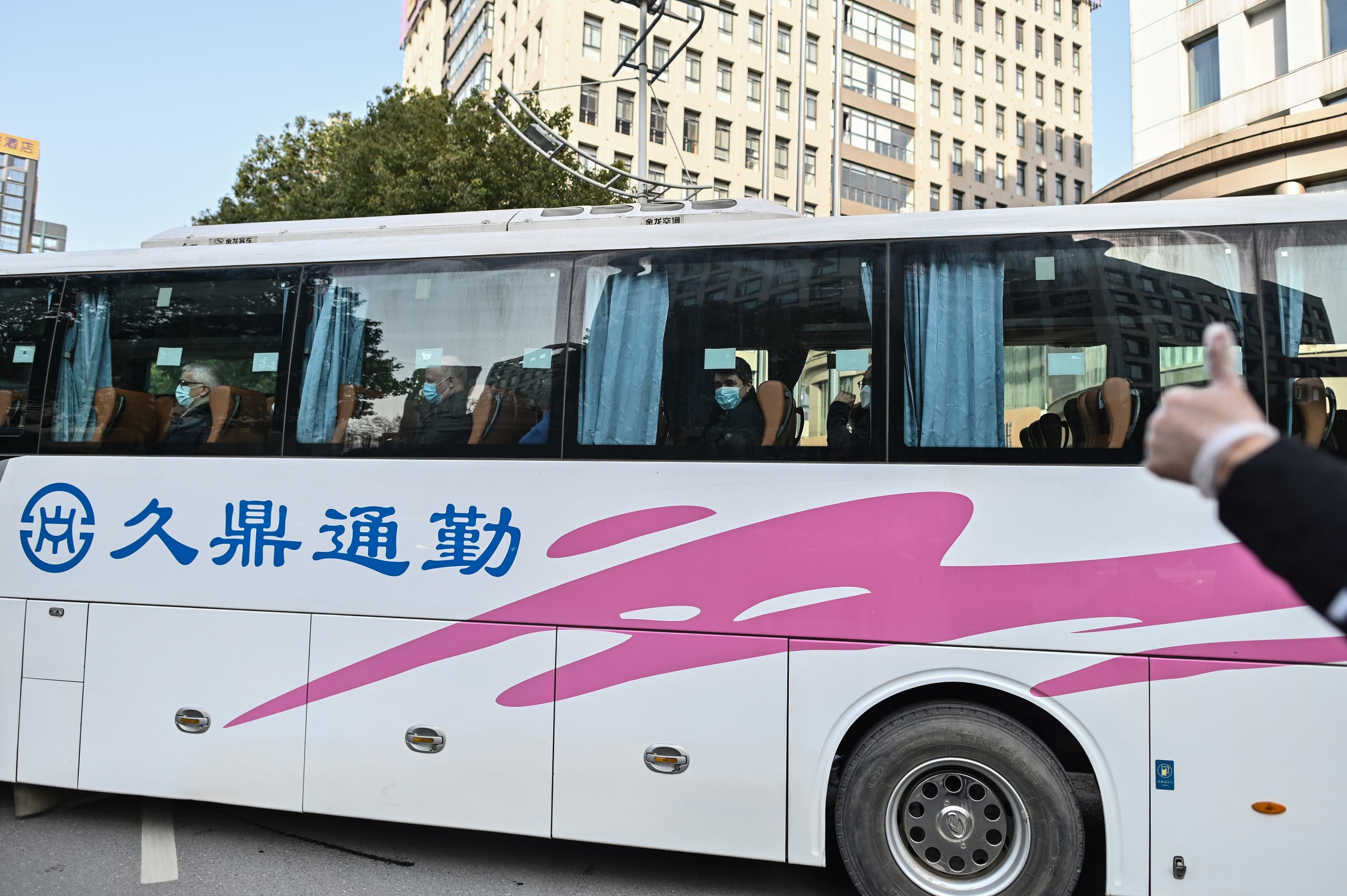 الباص الذي يقل خبراء الصحة العالمية في ووهان