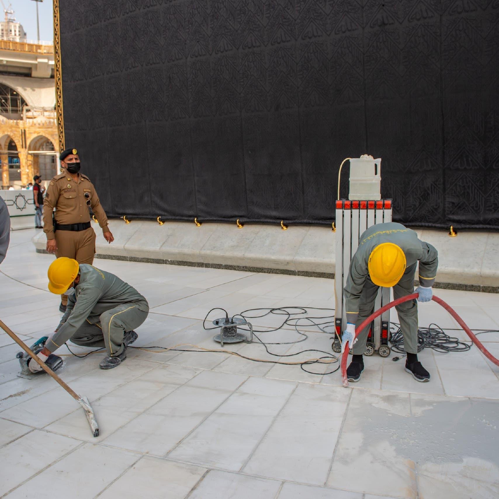 استبدال 150 مترا مربعا من رخام صحن الطواف بالمسجد الحرام