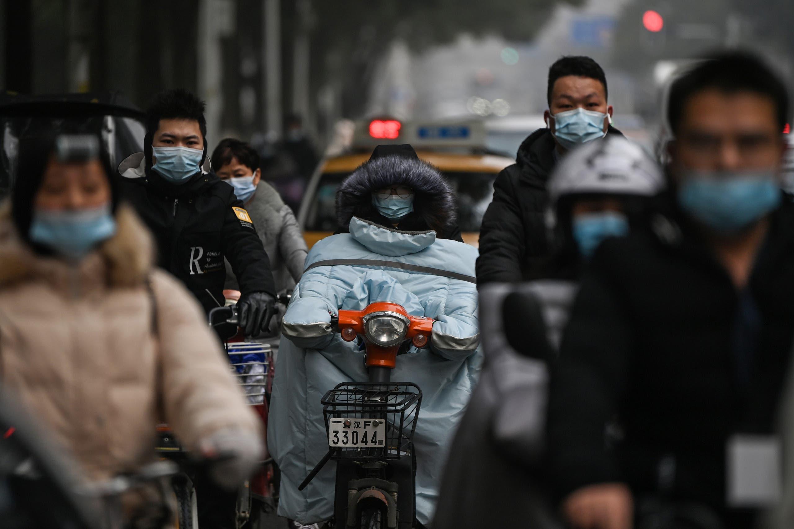 عابران با ماسک در خیابان ووهان
