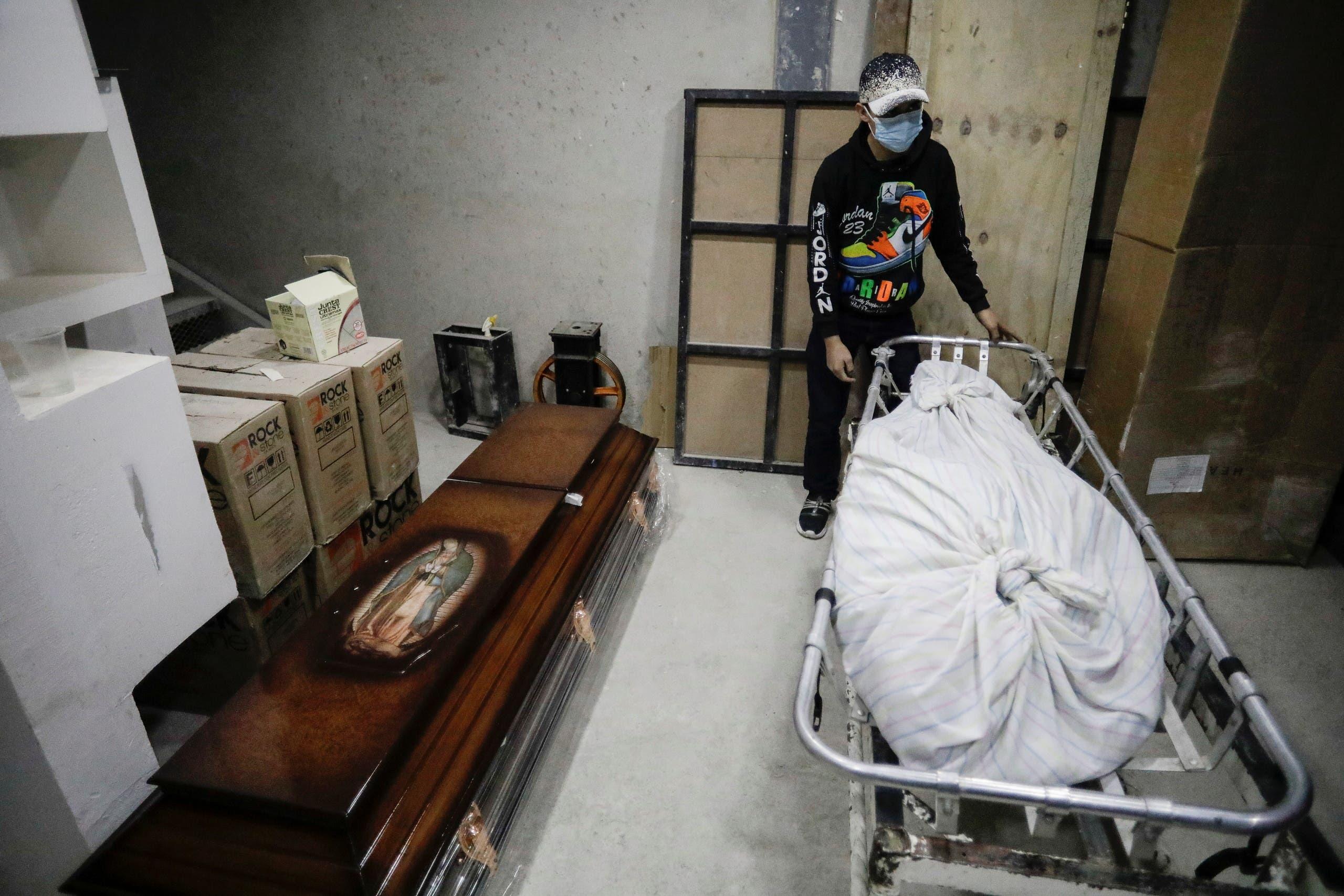 جثة أحد المتوفين بكورونا في المكسيك