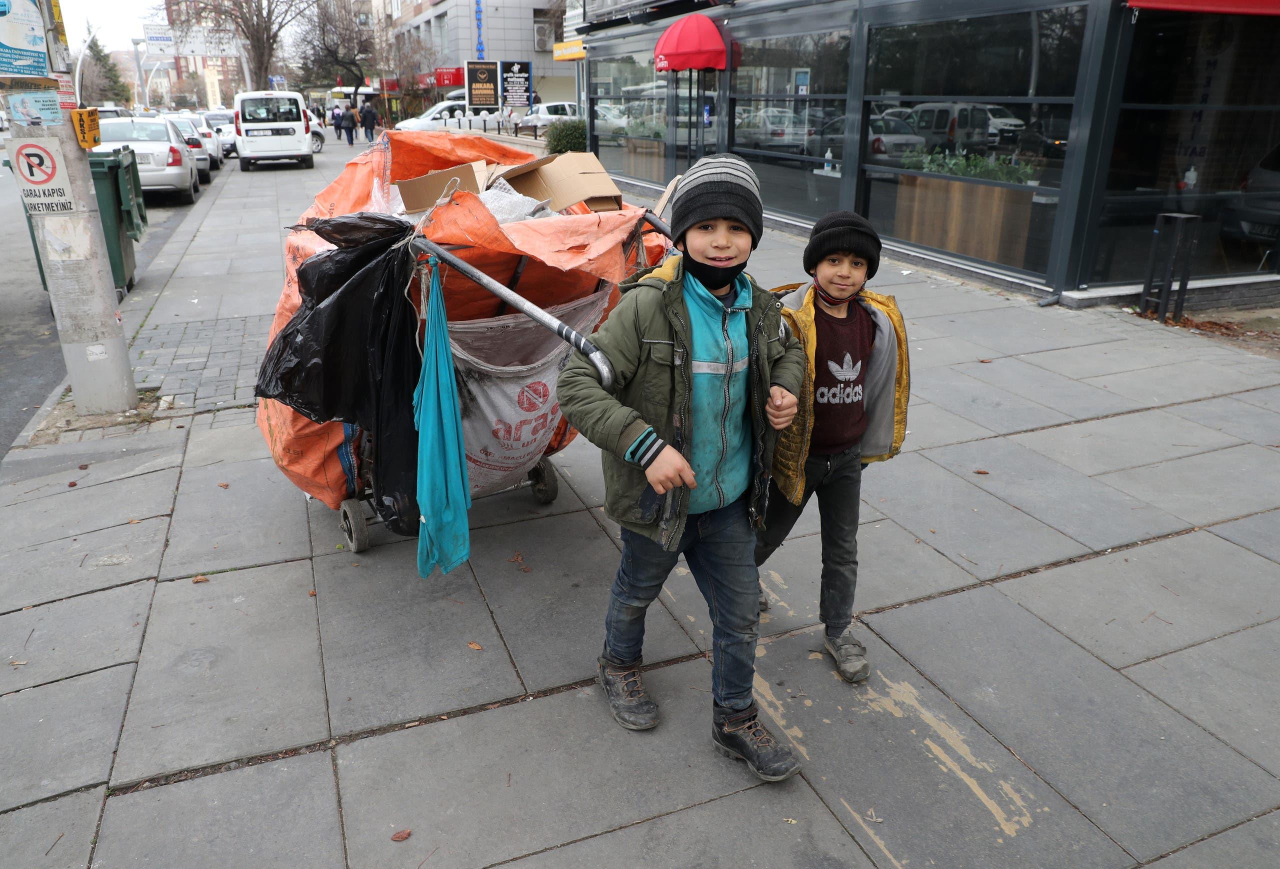 دو کودک در آنکارا زباله جمع می کنند