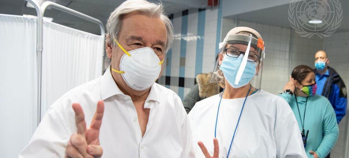 غوتيريش مع إحدى العاملات في مركز التطعيم