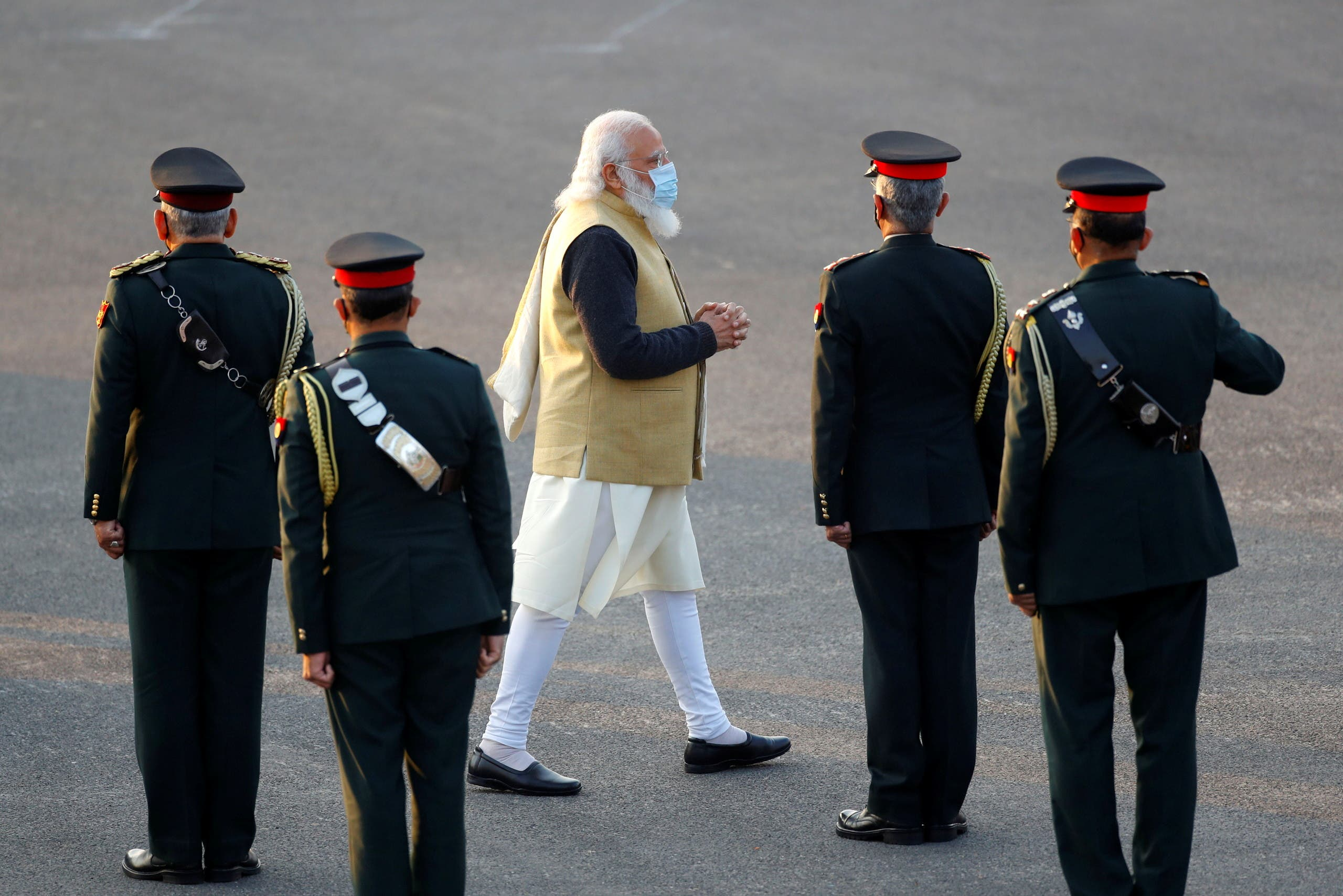 رئيس الوزراء ناريندرا مودي  يتابع عرضاً عسكرياً في نيودلهي