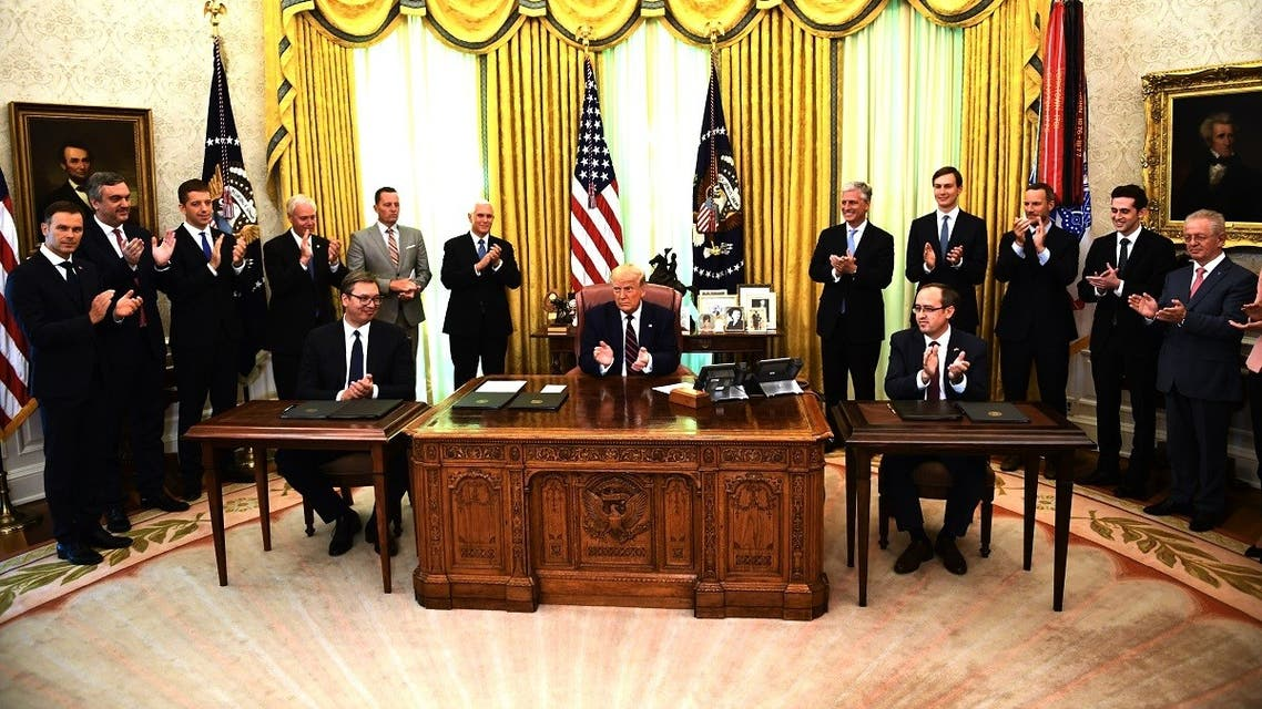 Donald Trump applauds with Kosova PM Avdullah Hoti (R) and Serbian President Aleksandar Vucic (L), Sept. 4, 2020. (AFP)