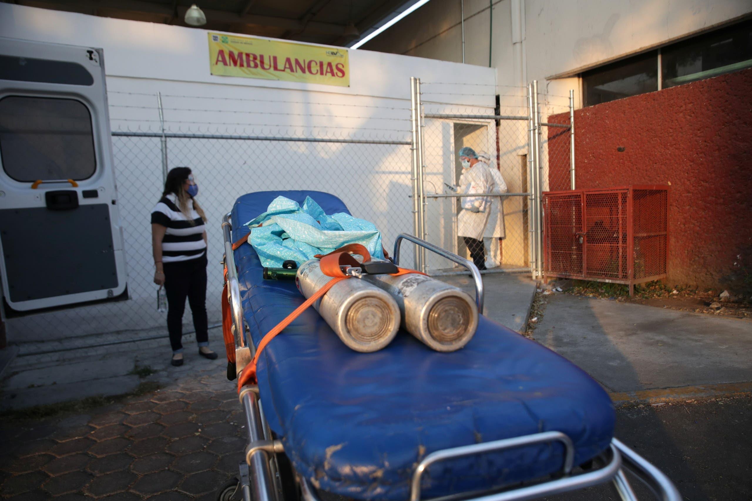 عبوات الأوكسجين على سرير نقلى المصابين أمام أحد المستشفيات في المكسيك