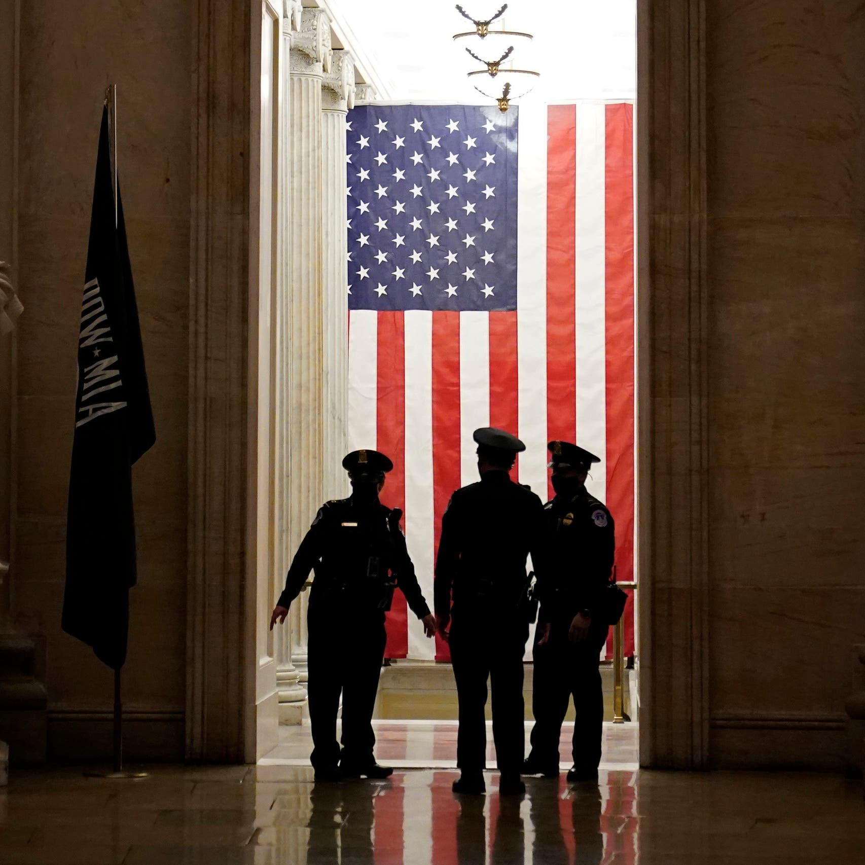 شرطة الكابيتول تؤمن حماية النواب خارج المبنى في واشنطن