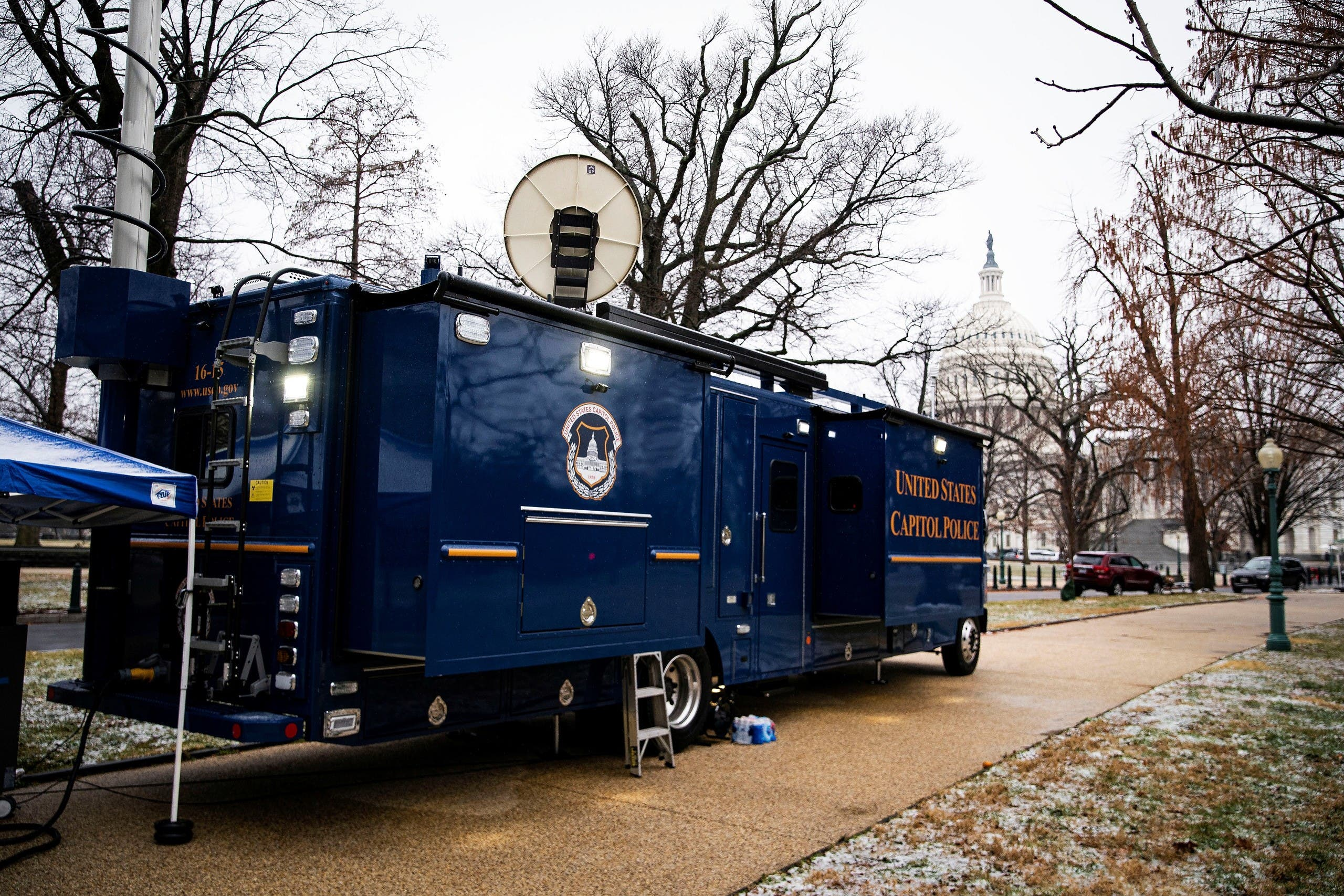 آلية لشرطة الكابيتول في محيط المبنى لتأمين حمايته (أرشيفية)