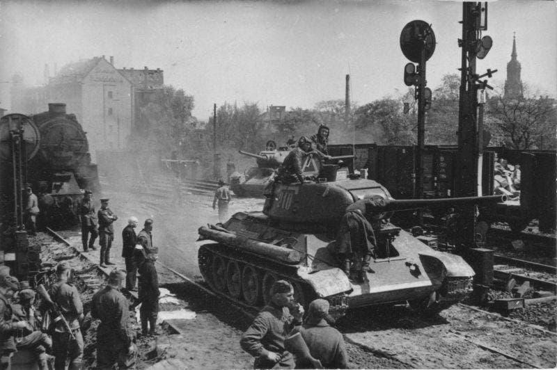 صورة لجنود سوفيت على متن دبابتهم بالجبهة الشرقية