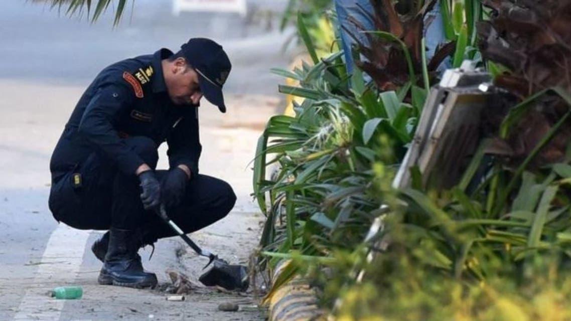 شرطي هندي يفحص موقع الانفجار