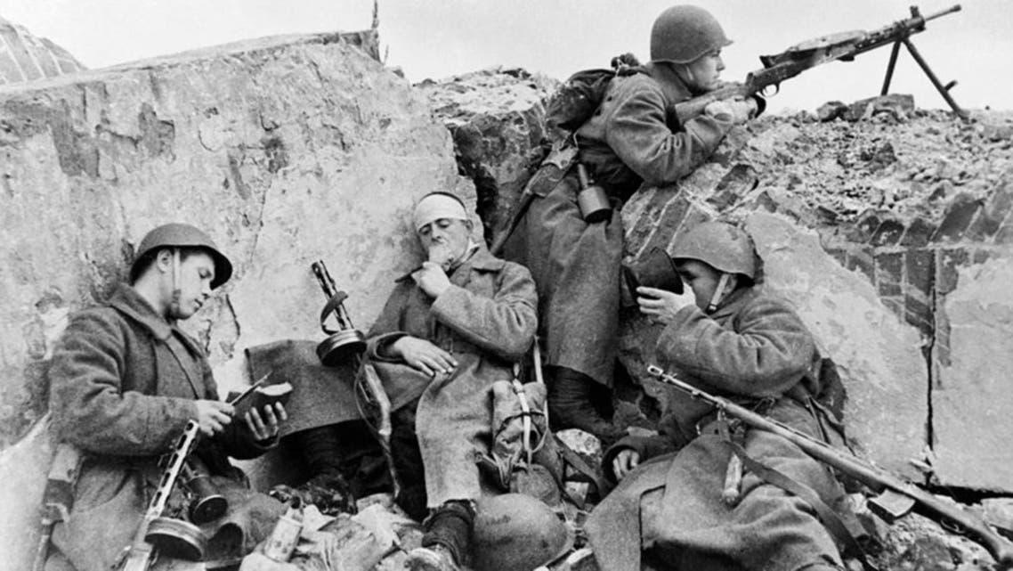 جانب من الجنود السوفيت المنهكين بسبب القتال ضد الألمان
