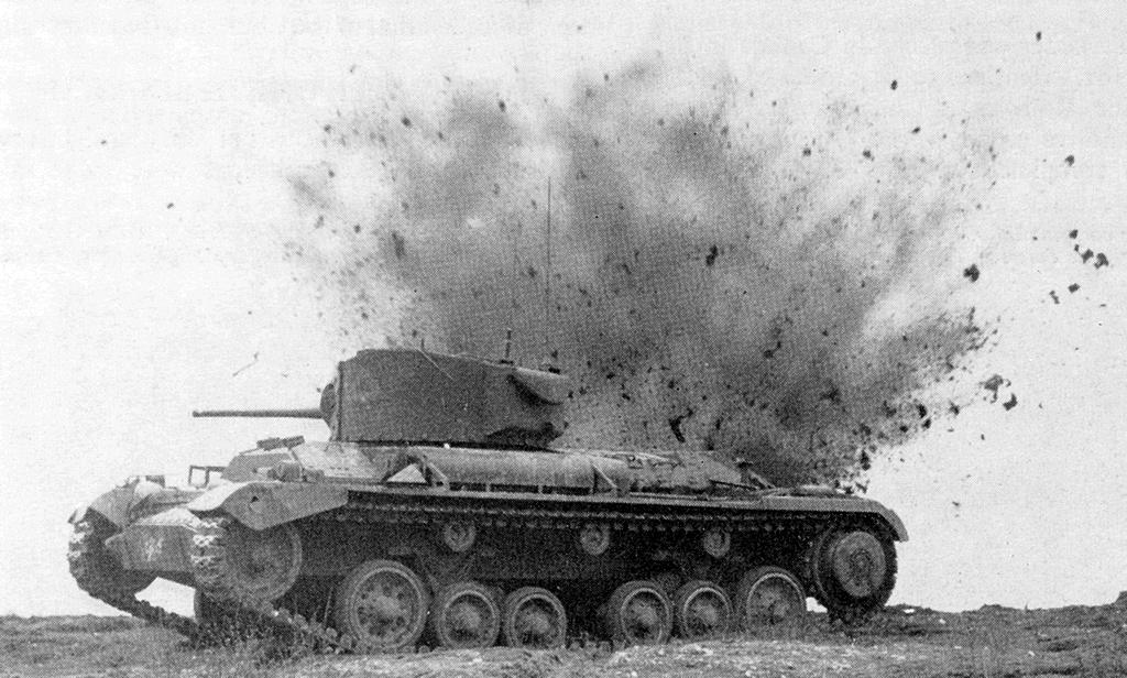 صورة لدبابة سوفيتية أثناء إصابتها بقذيفة ألمانية