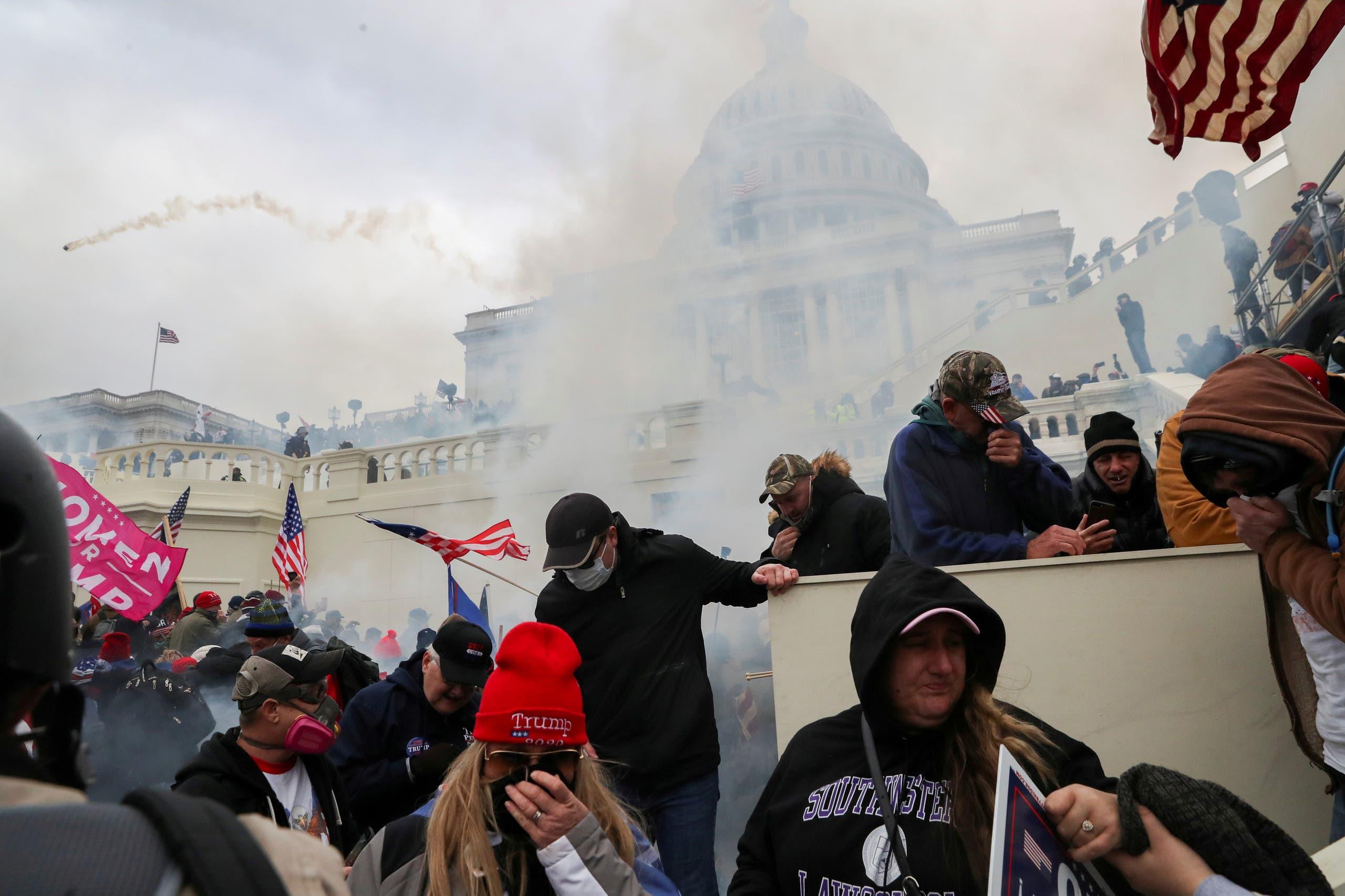 أنصار ترمب خلال اشتباك مع الشرطة أمام مبنى الكابيتول في واشنطن يوم 6 يناير