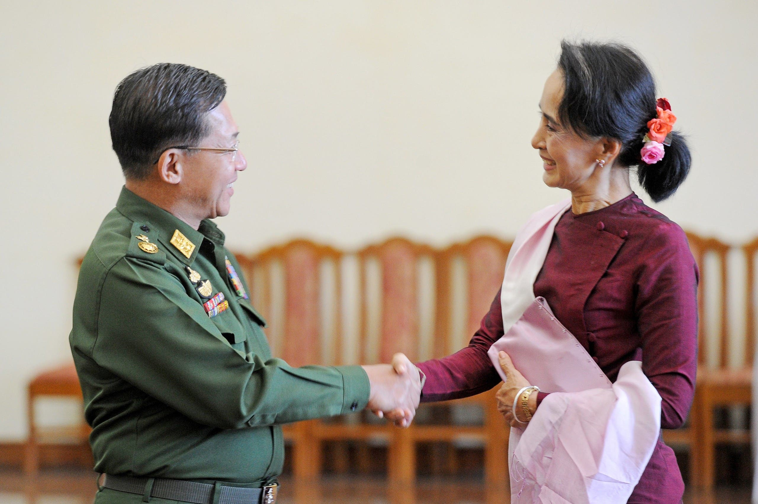 مین اونگ هلاینگ رئیس ارتش میانمار با رهبر برمه (رویترز)