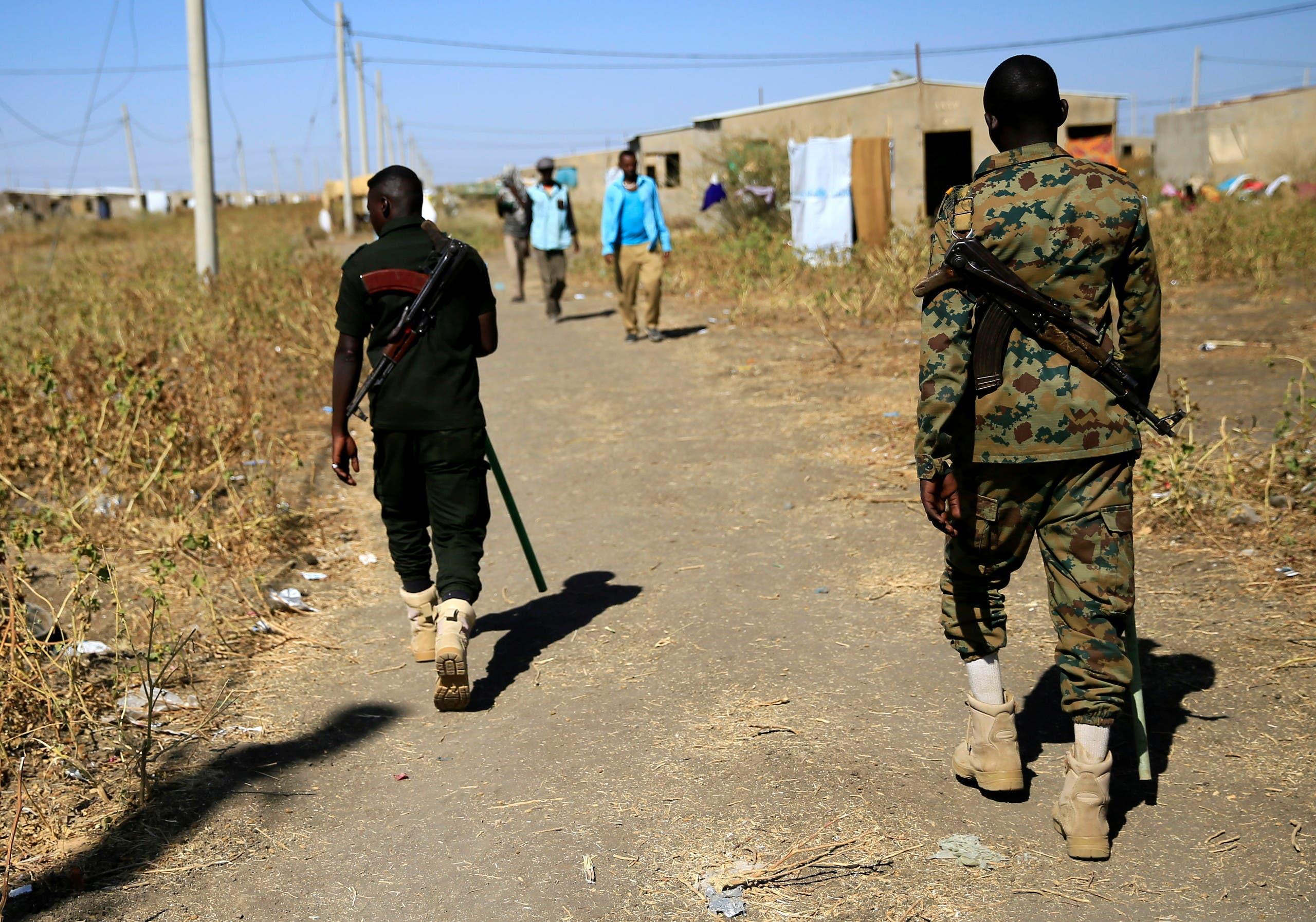 ضباط الأمن السودانيون يقومون بدوريات أثناء مشاهدة اللاجئين الإثيوبيين الذين فروا من تيغراي في مخيم فاشاغا على الحدود السودانية الإثيوبية في ولاية كسلا يوم 13 ديسمبر 2020