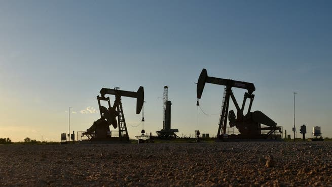 Crude oil prices dip on strong dollar, but stay near multi-year highs