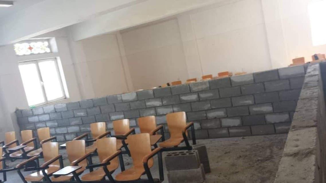 صنعاء.. جدران أسمنتيه حوثية للفصل بين طالبات وطلاب الجامعات