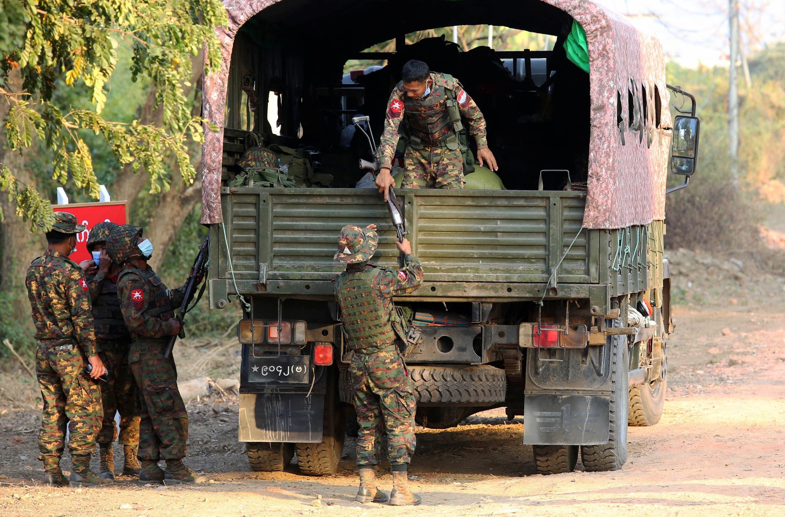 سربازانی که از محلی برای اقامت برخی نمایندگان در پایتخت محافظت می کنند