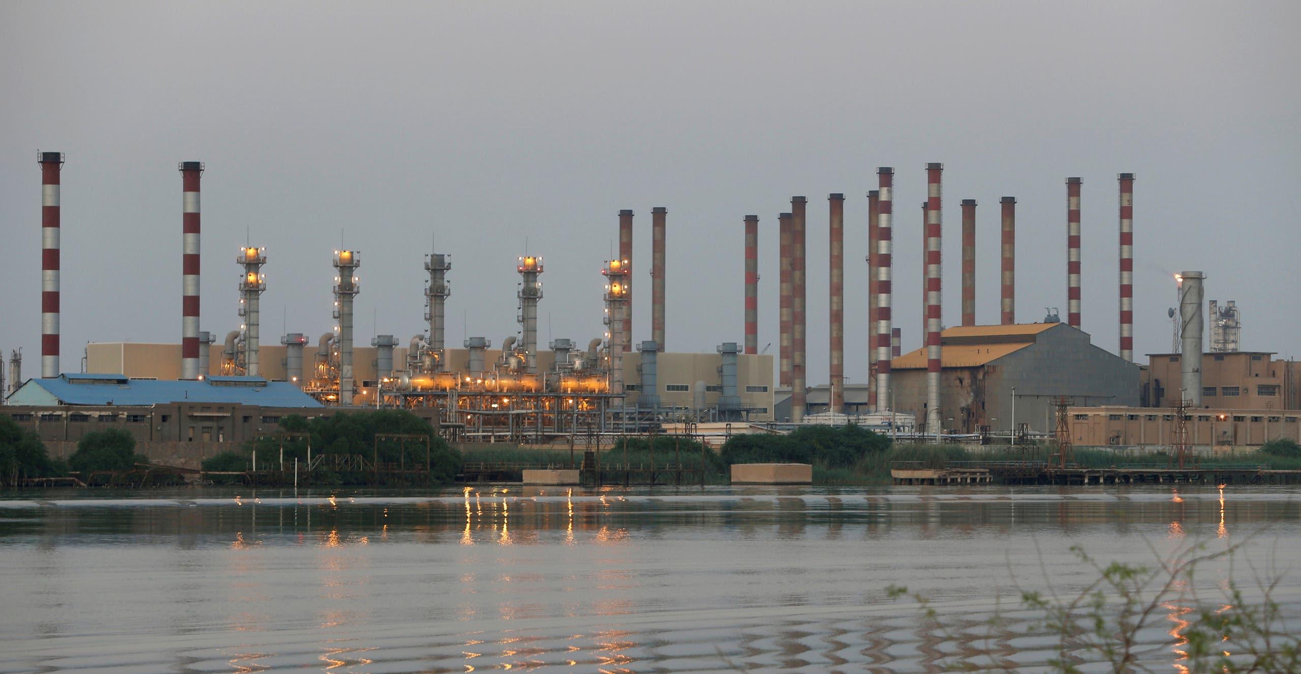 ميناء عبدان النفطي في إيران في صورة التقطت من البر العراقي على شط العرب