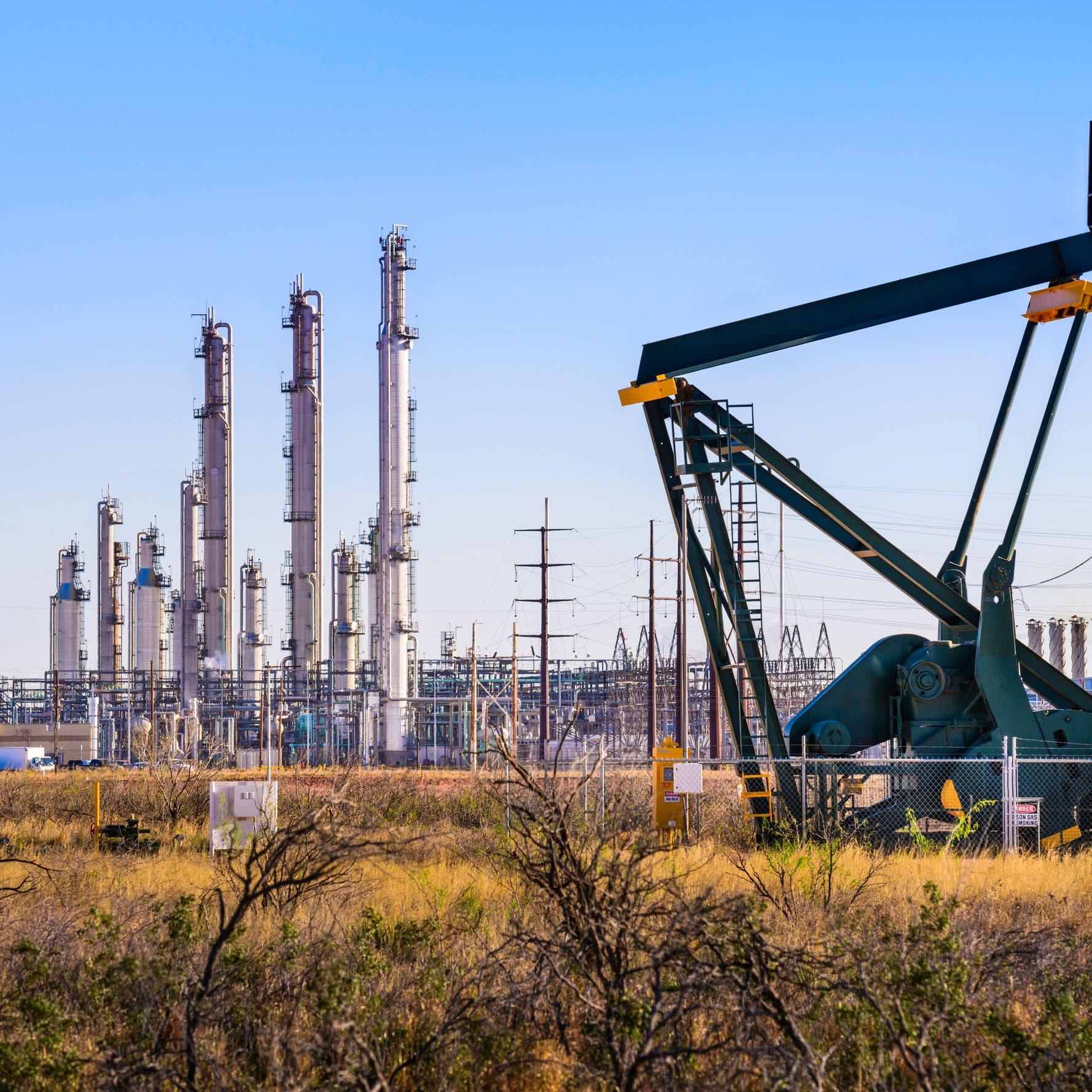 النفط يلامس 59 دولاراً بعد إبقاء أوبك+ على تخفيضات الإنتاج