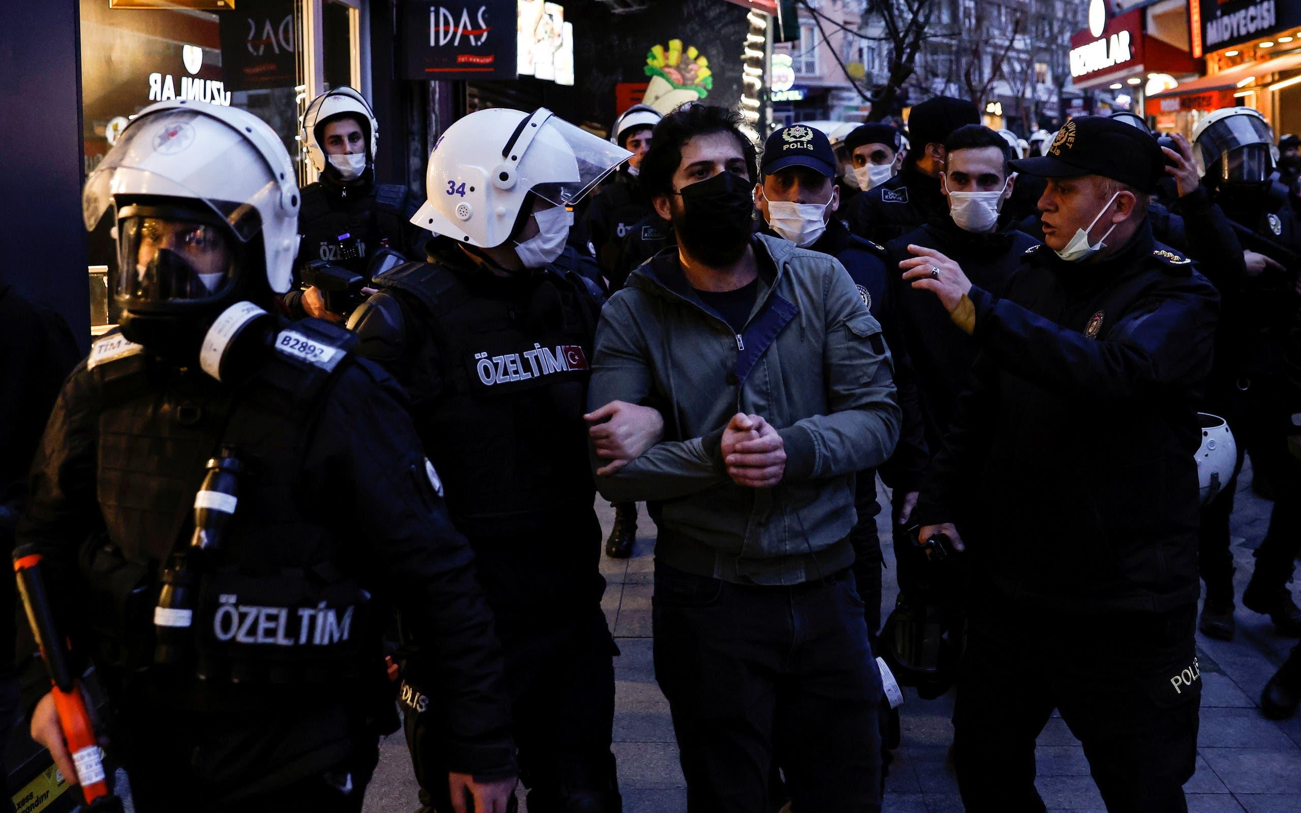 أفراد من شرطة مكافحة الشغب يلقون القبض على شخص خلال احتجاجات جامعة بوغازيتشي في إسطنبول يوم 2 فبراير