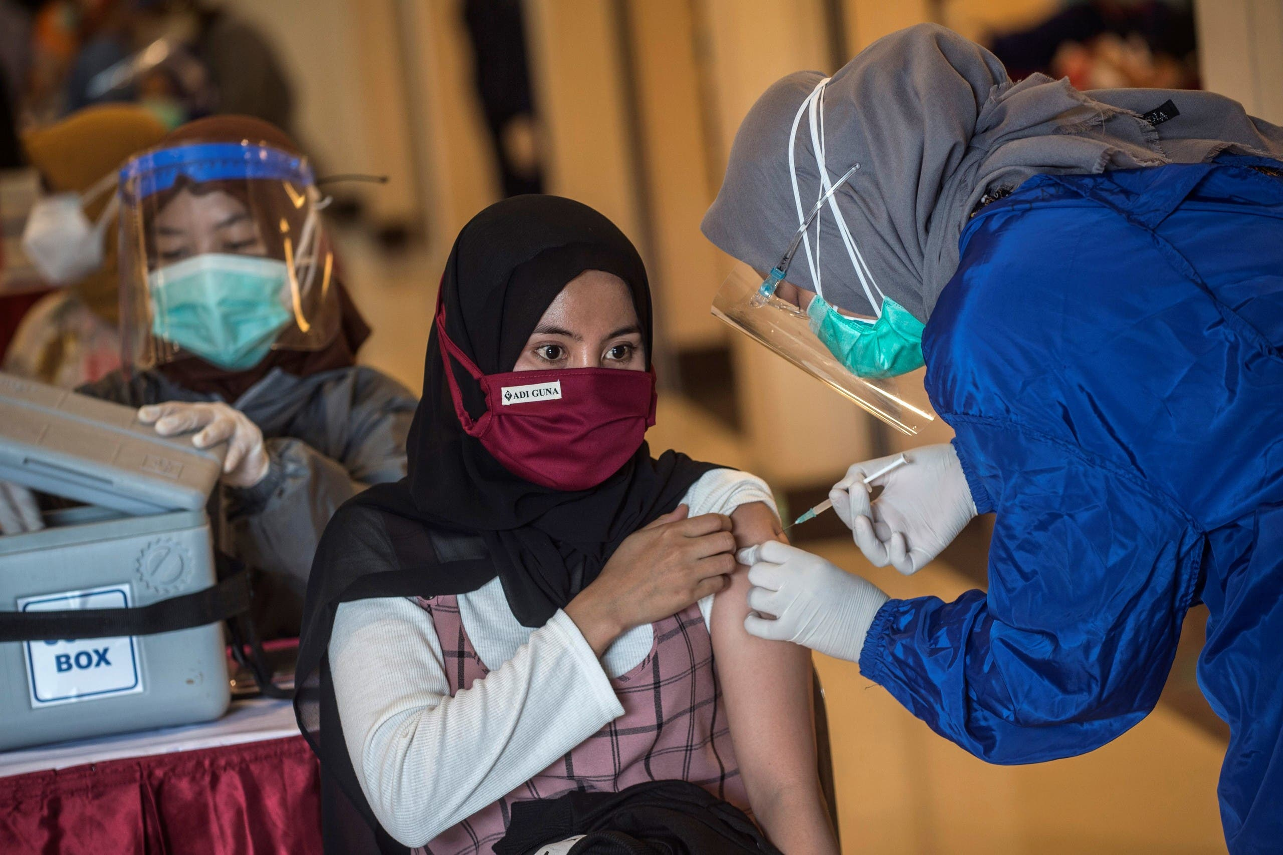 A health worker administers a vaccine for the COVID-19 coronavirus in Surabaya. (File photo: AFP)