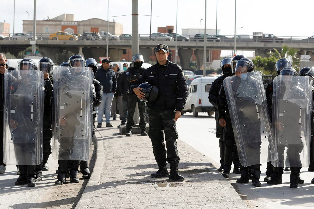 Members of the police stand guard during an anti-government protest in Tunis, Tunisia January 26, 2021. (Reuters/Zoubeir Souissi)