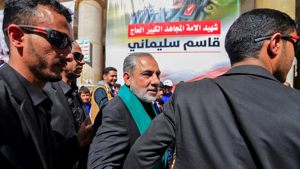 سفير إيران في صنعاء حسن إيرلو في الوسط (أرشيفية- فرانس برس)