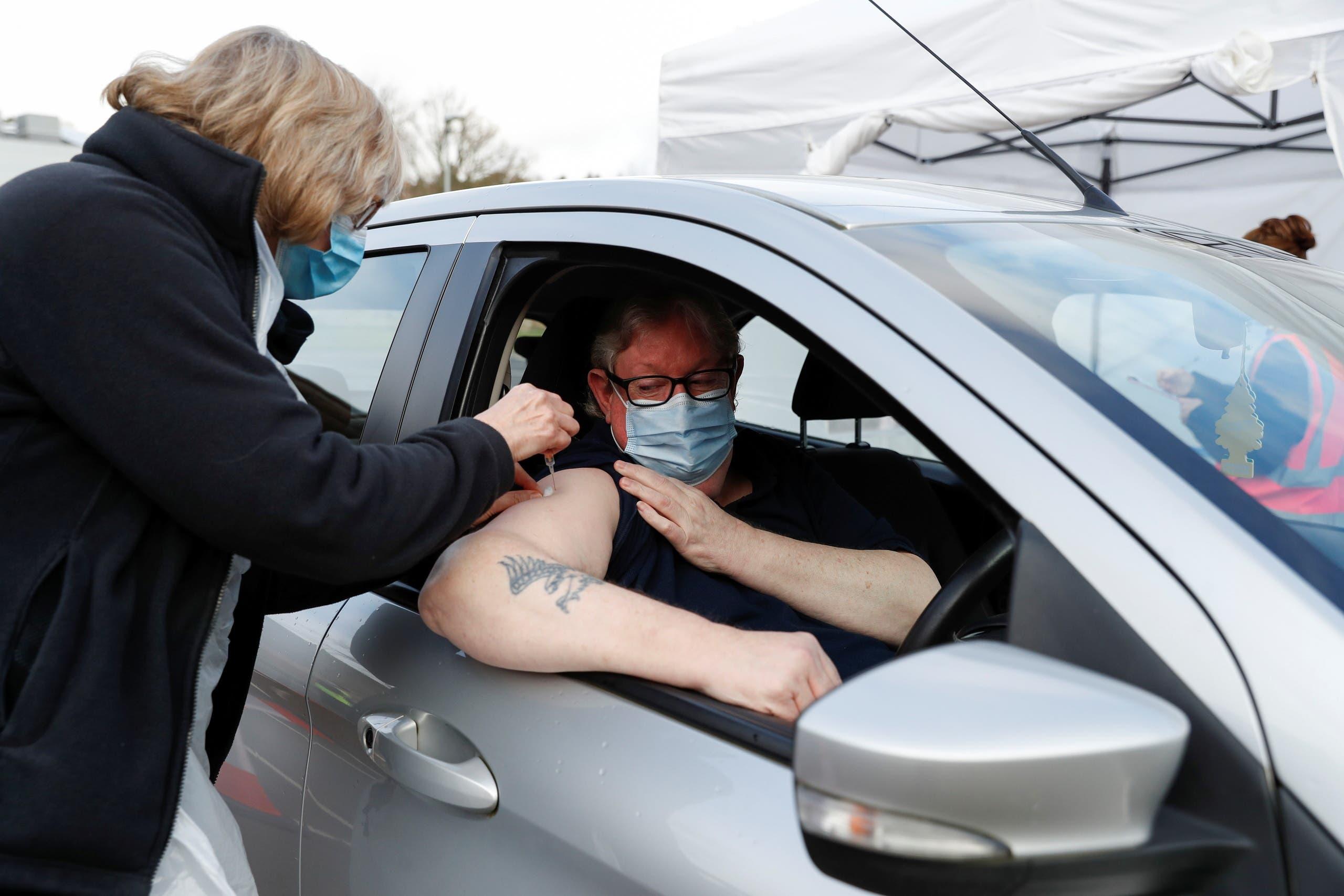 رجل يتلقى جرعة من لقاح كورونا في بريطانيا