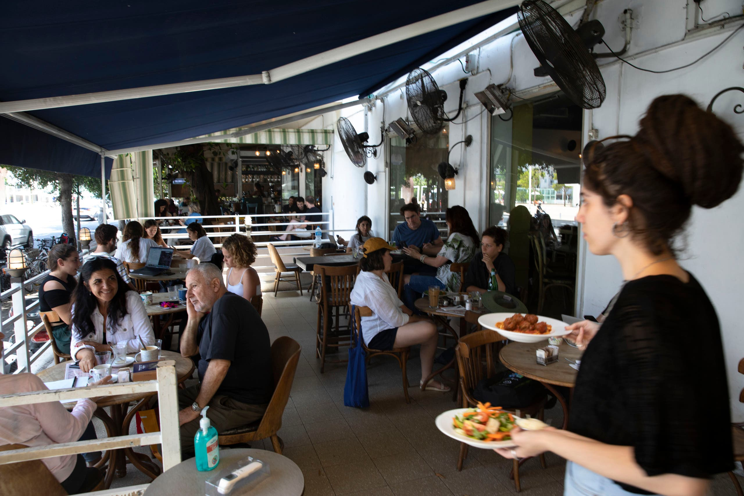 A waitress serves food at a restaurant in Tel Aviv, Israel, Wednesday, May 27, 2020. (File photo: AP)