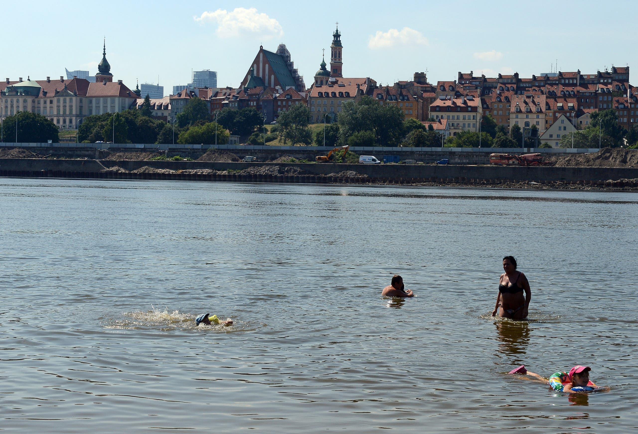 People bathe in the Wisla river in Warsaw, Poland (File photo: AFP)
